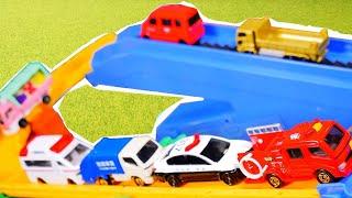 はたらくくるま トミカシステム&木の坂道を走るよ♪ パトカー 救急車 消防車 ごみ収集車 緊急車両 工事車両が登場!