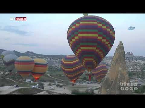 Kapadokya'da Türk bayrağı asılı balonlar, 23 Nisan için havalandı