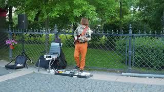Питер 2016: мужик на улице играет Pink Floyd
