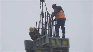 Работа монтажников на строительстве высотки в Киеве