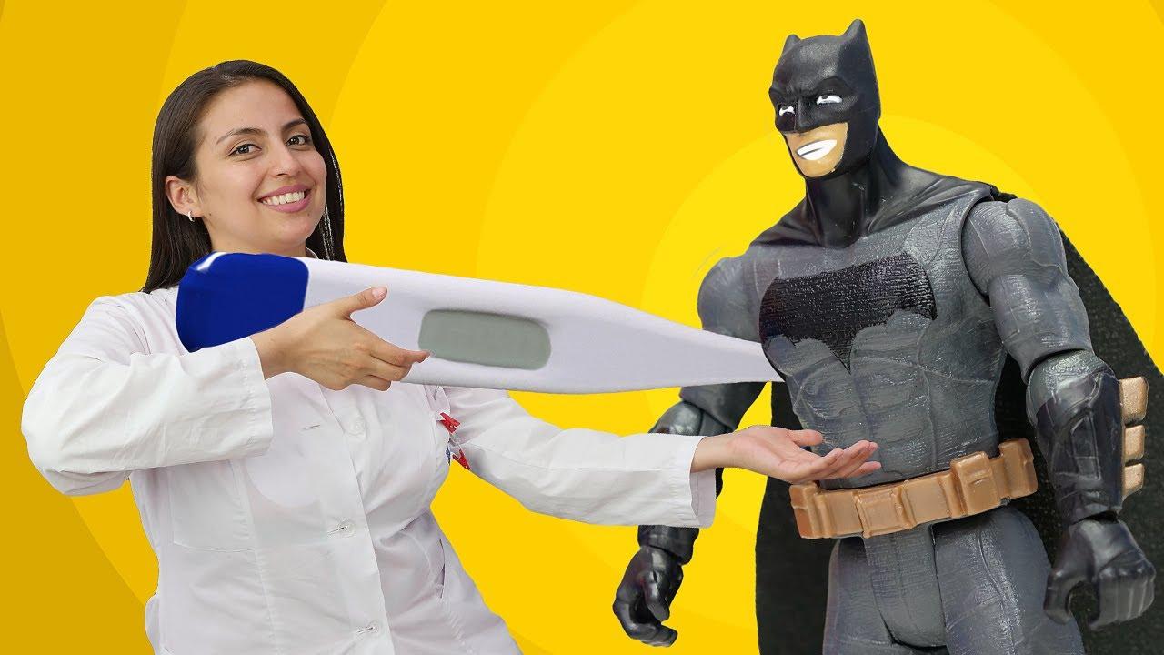 Batman le hace cosquillas al termómetro. La Doctora Ouch y los Superhéroes. Vídeos para niños.