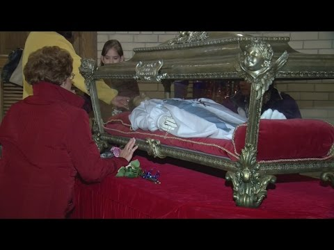 Catholics gather to see Saint Maria's relics