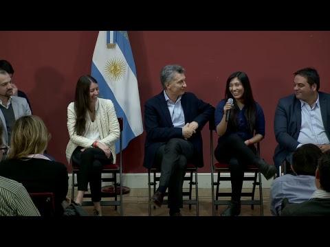 El presidente Mauricio Macri recibe un grupo de jóvenes que accedieron a su primer empleo