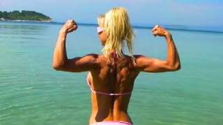 SEXY FITNESS GIRL does 5 Pull ups!
