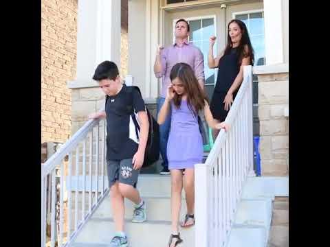 Родители провожают детей в школу 1 сентября