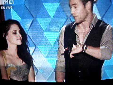 Kristen Stewart and Chris Hemsworth present Best Female Performance in the MTV Movie Awards 2012