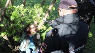 Питерская активистка приковала себя к дереву в сквере у Драмтеатра