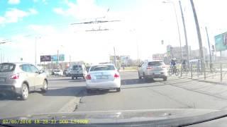 Велосипедист нырнул под машину