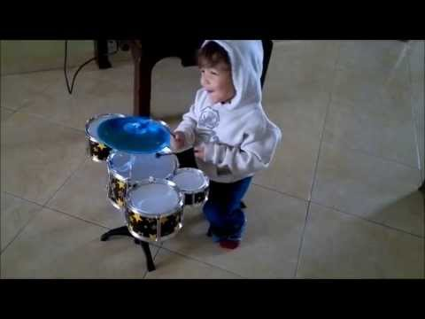 bebe de 2 años tocando Batería, baby playing drums Travel Video