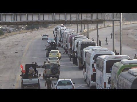 مقاتلون ومدنيون يغادرون مدينة حرستا في أول عملية إجلاء من الغوطة الشرقية