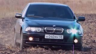 BMW 530 (e39) rides on loose dirt. БМВ 530 на распаханном поле