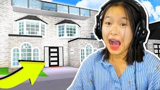 SISTER PLAYS BLOXBURG FOR THE FIRST TIME!! (Roblox)