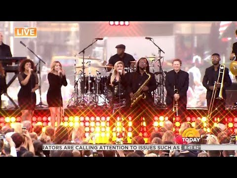 """Kelly Clarkson Performs """"Heat""""  (LIVE Today Show)"""