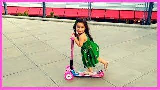Crianças Brincando de Patinete Infantil 3 Rodas no Shopping