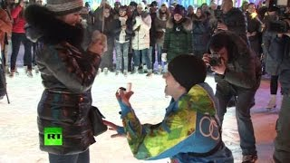 Любовь на ВДНХ: молодой человек сделал предложение своей девушке на Главном катке страны(, 2015-12-31T12:13:27.000Z)