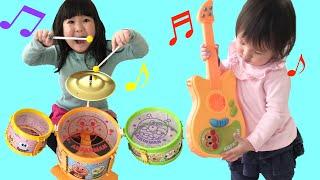 アンパンマン ドラムとギターのおもちゃでバンドごっこ Anpanman drum and guitar toy