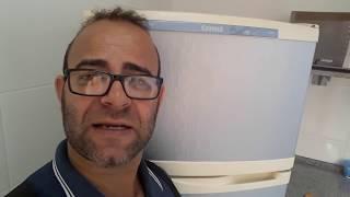 Geladeira (refrigerador) com formação de gelo.