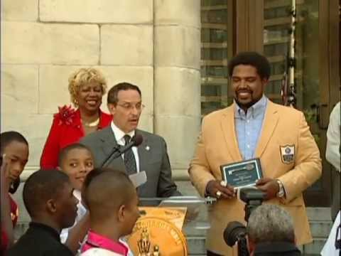 Mayor Gray Presents the Key to the City to Jonathan Ogden, 9/20/13