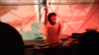 DJ Megu (Negicco) によるパフォーマンス.