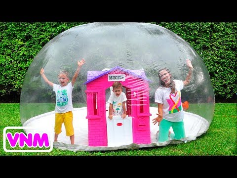 Vlad và Nikita xây dựng bơm hơi Nhà chơi cho trẻ em