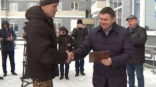 Ключи новоселам из рук главы города Каменска-Уральского.