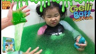 빠져나와! 거대한 젤리 수영장에 빠진 아이들. GELLI BAFF BATH CHALLENGE