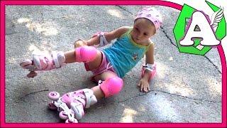 Первые шаги детей на роликах. Катание на роликах. Упали на попу.