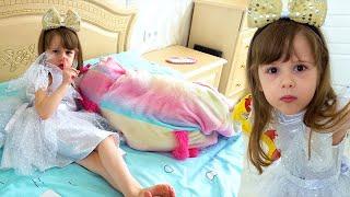 Ева играет как няня с маленькой сестричкой