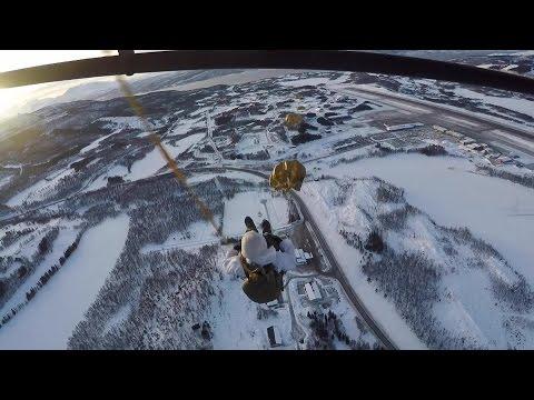 Mariniers zweven boven ijskoud Noorwegen