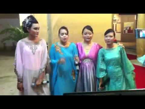 Karaoke cousins at wedding-feminin