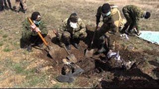 Жуткие кадры эксгумации тел солдат ВСУ, найденных под Дебальцево(В Донбассе сотрудники народной милиции ЛНР провели экгумацию тел солдат украинской армии. Они были обнару..., 2016-04-04T03:44:05.000Z)