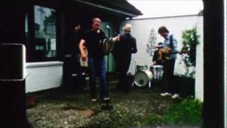 Thees Uhlmann - Zum Laichen und Sterben ziehen die Lachse den Fluss hinauf (Offizielles Video)