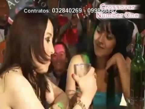 Sentada en un bar Video remix exclusivo