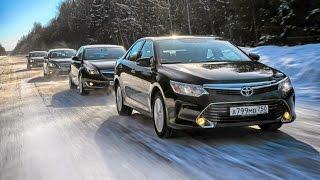 Toyota Camry в окружении соперников