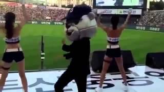 Вышел охранник и показал как надо танцевать