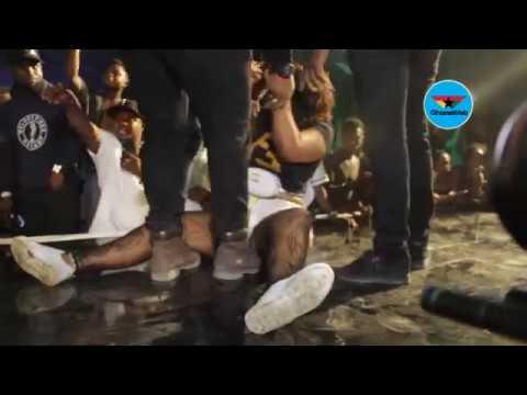 Lady goes 'berserk'; grabs Wizkid's neck at Ghana Meets Naija 2018