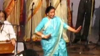 Watch Asha Bhosale Live in Concert in Goa dancing