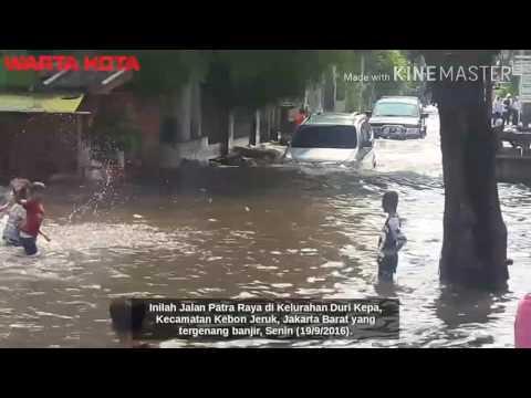 Begini Mobil Tembus Banjir di Jakarta Barat