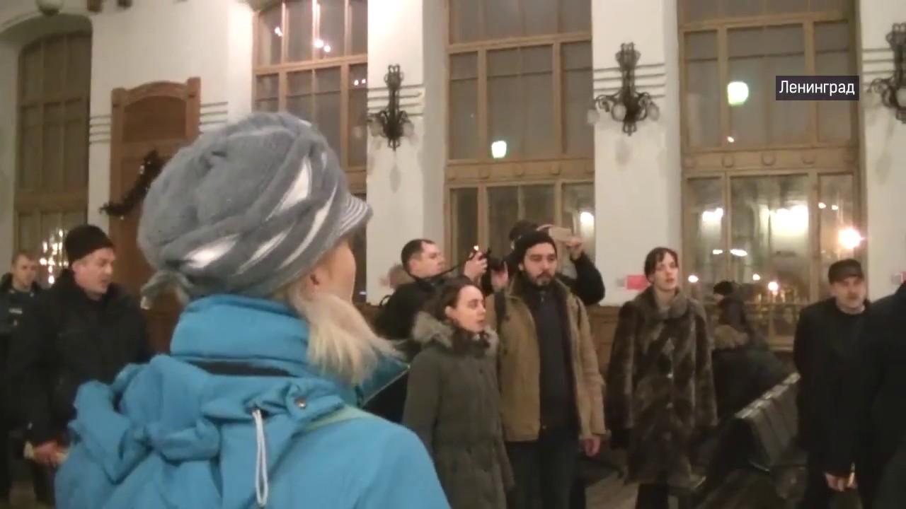 Песенный флэшмоб на вокзале в Ленинграде. Широка страна моя родная!
