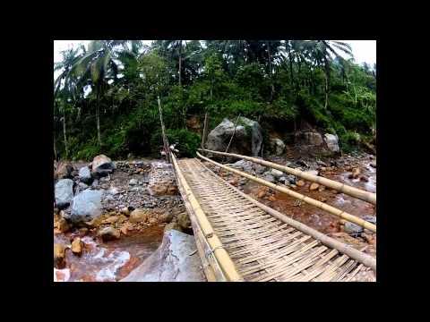 Bambusbrücke zu den Malabo Wasserfällen