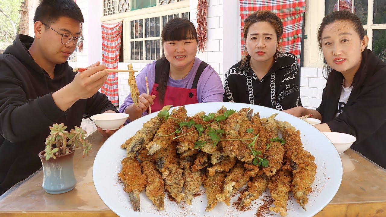 【陕北霞姐】朋友寄来一箱子柳鱼,霞姐裹上糊糊炸一大盘子,外酥里嫩,越嚼越香!