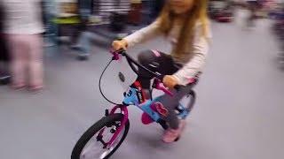 Дети катаются на велосипедах в магазине