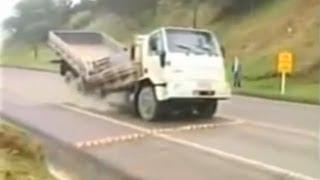 Top 10 acidentes engraçados com caminhões thumbnail