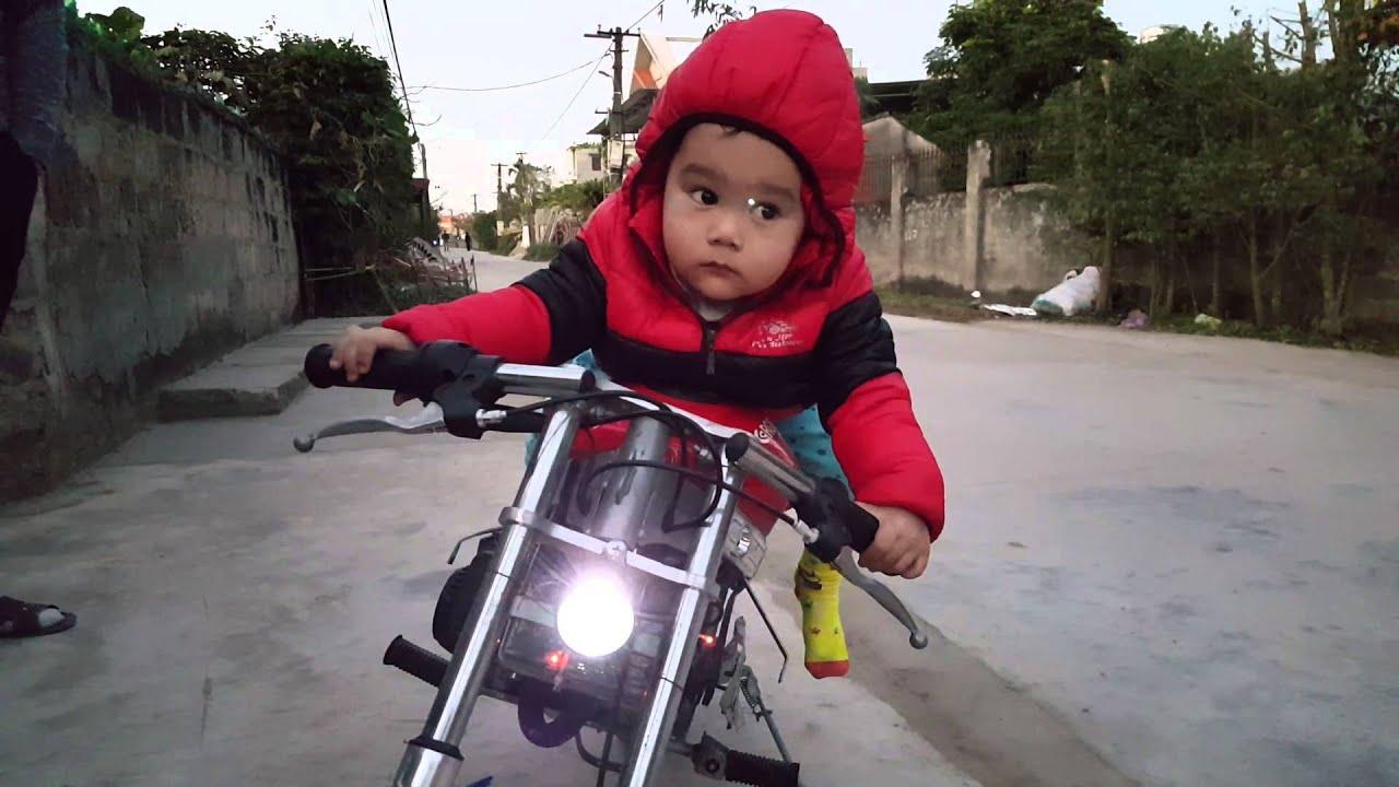 sock bé 2 tuổi chạy xe phân khối lớn