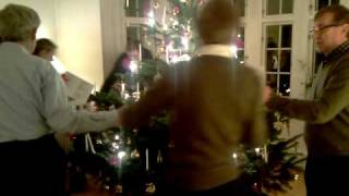 august danser rundt juletræ