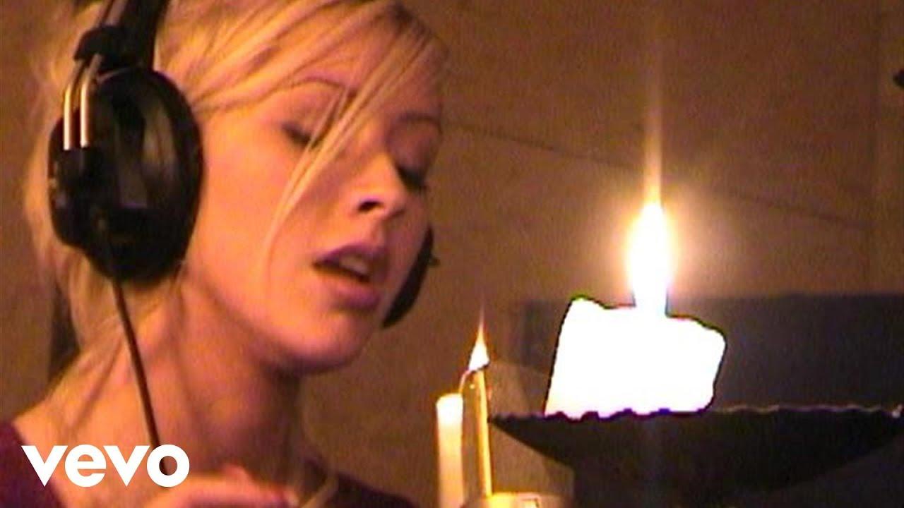 Christina Aguilera Christmas Album.Christina Aguilera The Christmas Song Chestnuts Roasting Over An Open Fire