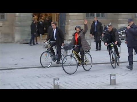 Christiane Taubira quitte le ministère de la Justice à vélo après la passation de pouvoir