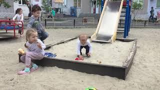 Играем с детьми в песочнице