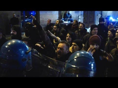 Macerata, scontri in piazza tra polizia e manifestanti di Forza Nuova
