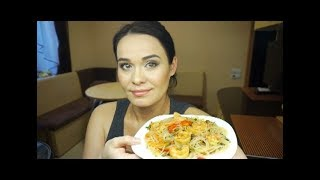 Готовлю горячий салат из Фунчозы с креветками и грибами! 🍝